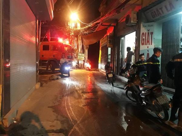 Hà Nội: Khói lửa khét lẹt từ tiệm cắt tóc sâu trong hẻm khiến nhiều người dân hoảng loạn - Ảnh 1