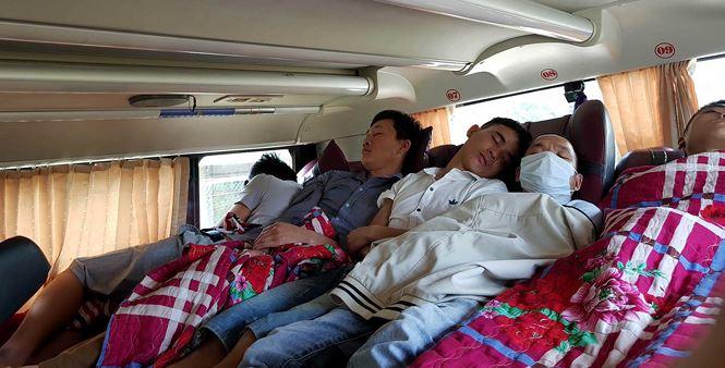 'Hành xác' trên chuyến xe trở lại Hà Nội sau nghỉ lễ - Ảnh 2