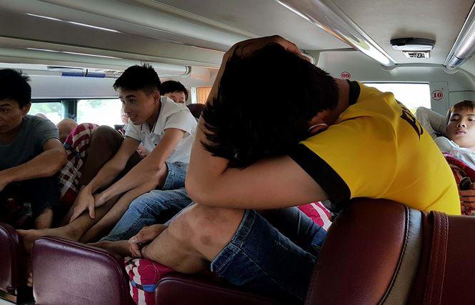 'Hành xác' trên chuyến xe trở lại Hà Nội sau nghỉ lễ - Ảnh 4