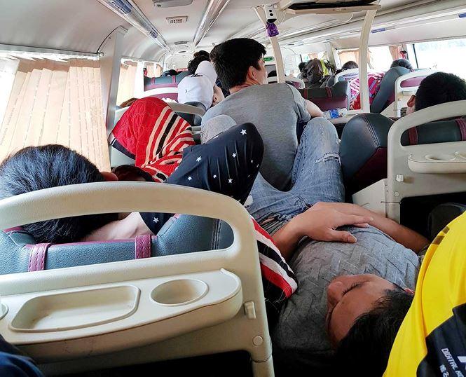 'Hành xác' trên chuyến xe trở lại Hà Nội sau nghỉ lễ - Ảnh 5