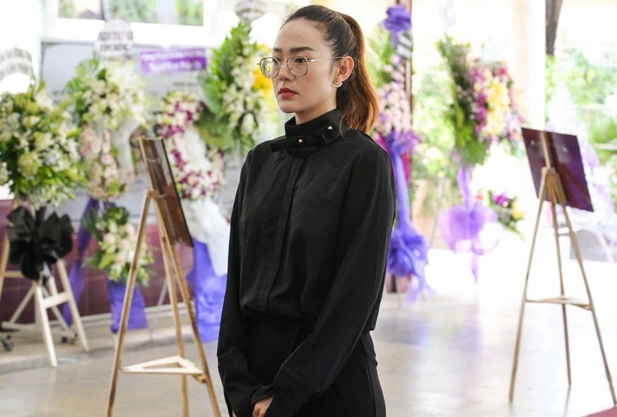 Viếng 'tía' Lê Bình, Dương Cẩm Lynh nấc nghẹn khi nhìn mặt ông lần cuối - Ảnh 3