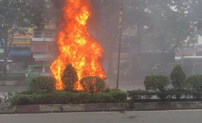 Xe ô tô đang lưu thông bất ngờ bốc cháy, tài xế lao vào dập lửa nhưng bất thành - Ảnh 1