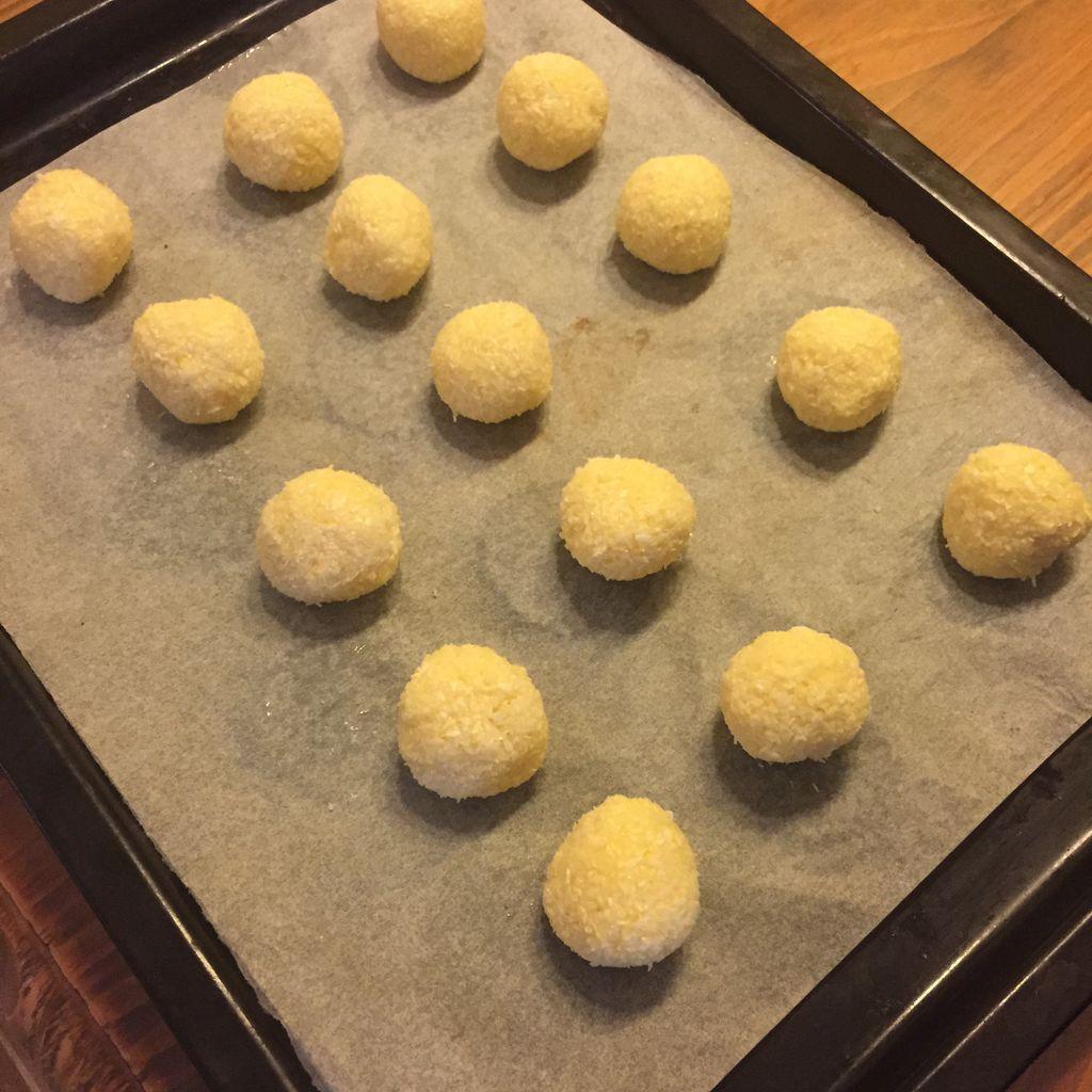 Mỗi khi rảnh rỗi tôi lại làm ngay một mẻ bánh núm dừa để dành cho con ăn vặt cả tuần - Ảnh 2