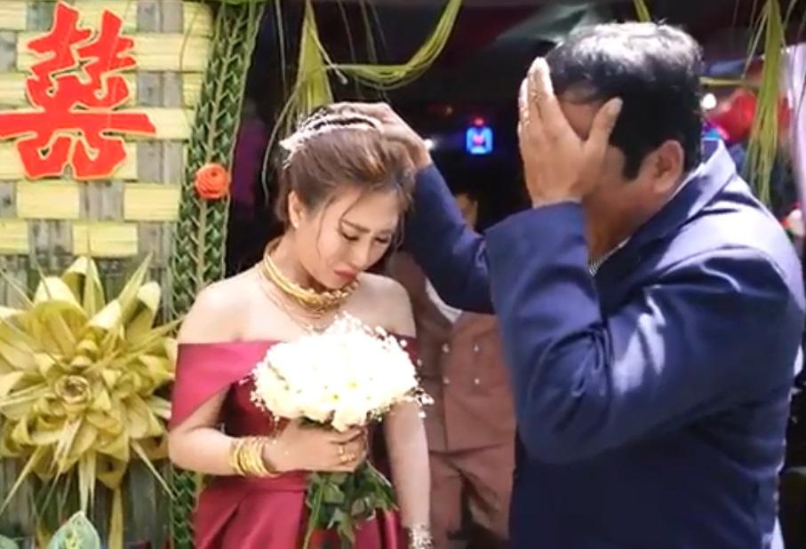 Clip khiến hàng triệu chị em rưng rưng: Người cha khóc nức nở trong đám cưới con gái - Ảnh 2