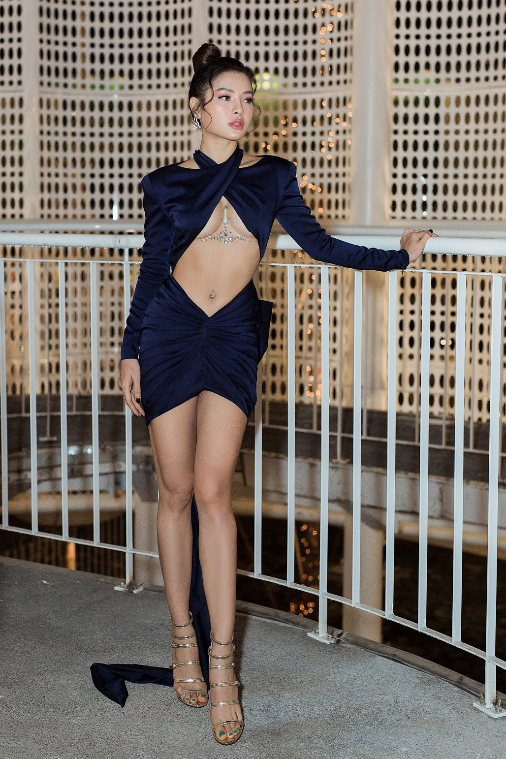 Không để kém cạnh chị em, Phương Trinh Jolie diện váy cắt xẻ táo bạo khoe nửa bầu ngực khiến nhiều người 'đỏ mặt' - Ảnh 1