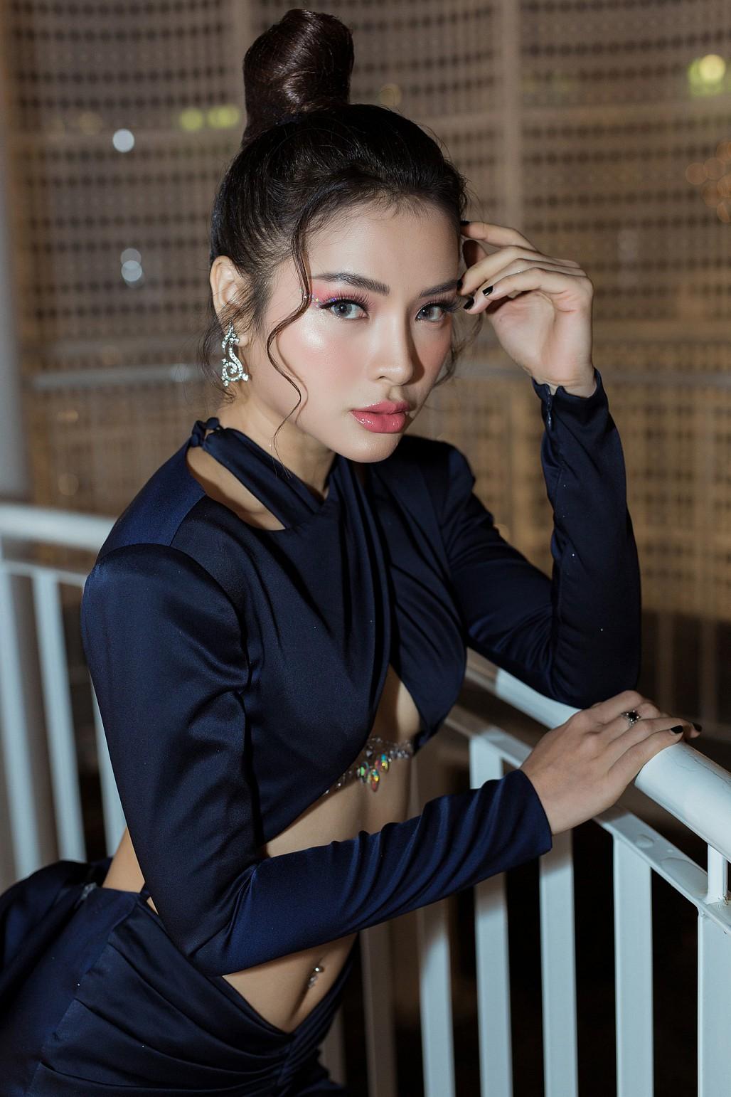 Không để kém cạnh chị em, Phương Trinh Jolie diện váy cắt xẻ táo bạo khoe nửa bầu ngực khiến nhiều người 'đỏ mặt' - Ảnh 6