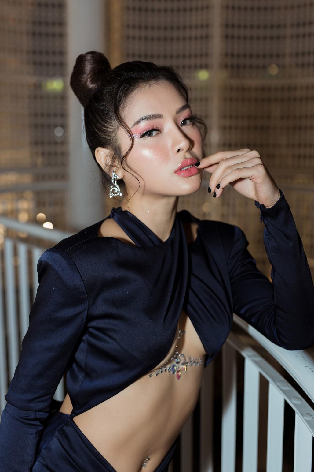 Không để kém cạnh chị em, Phương Trinh Jolie diện váy cắt xẻ táo bạo khoe nửa bầu ngực khiến nhiều người 'đỏ mặt' - Ảnh 3