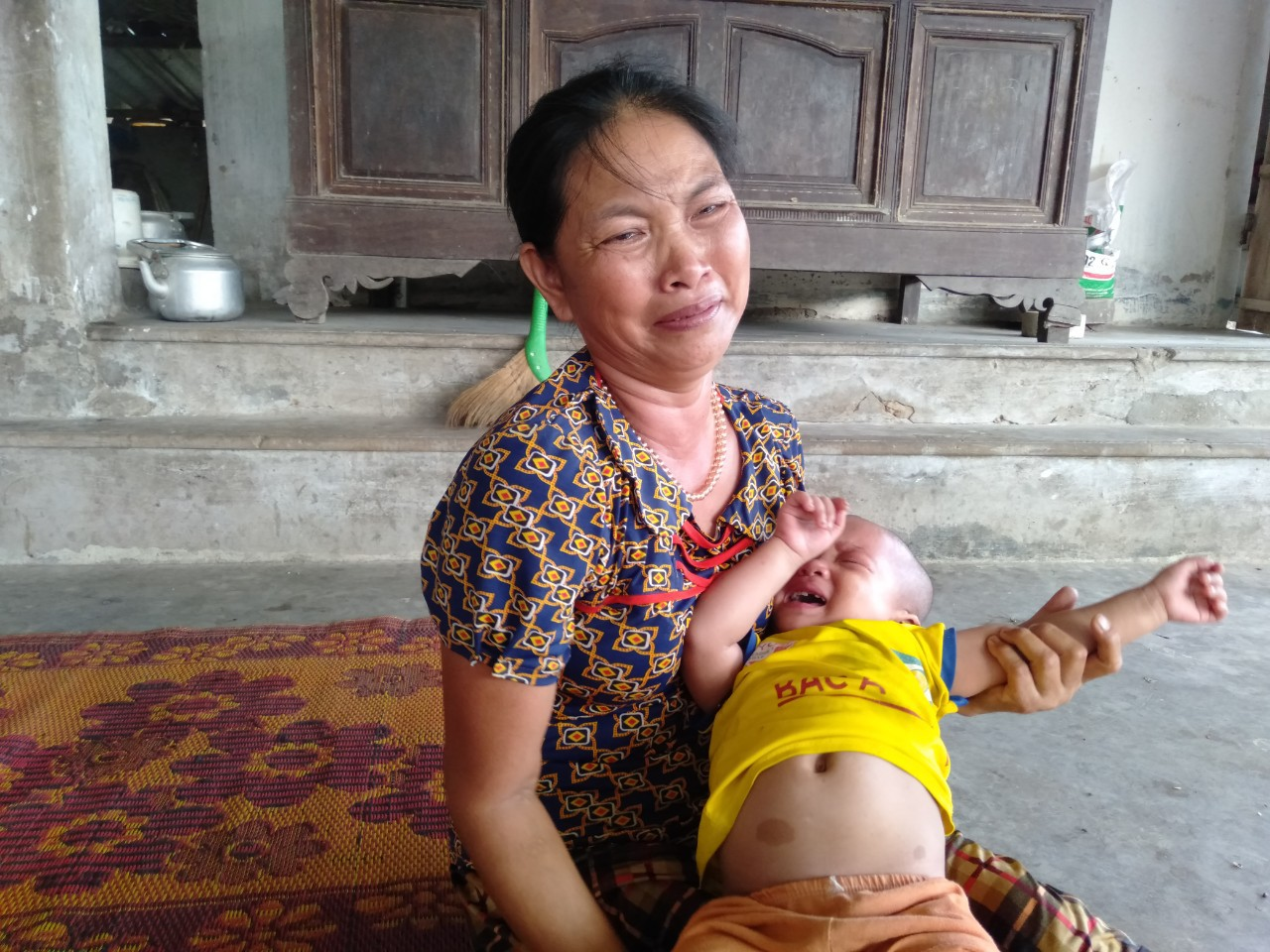 Tiếng khóc xé lòng của bé gái 3 tuổi mắc bệnh hiểm nghèo: 'Bà ơi, cháu đau lắm, sao bố mẹ mãi không về hả bà?' - Ảnh 4