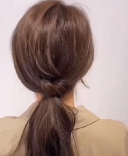 Biến tấu 3 cách buộc tóc đuôi ngựa siêu nhanh và dễ, học ngay để vừa chống nóng lại xinh xắn tuyệt đối - Ảnh 4