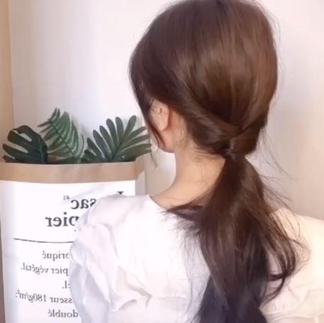 Biến tấu 3 cách buộc tóc đuôi ngựa siêu nhanh và dễ, học ngay để vừa chống nóng lại xinh xắn tuyệt đối - Ảnh 8
