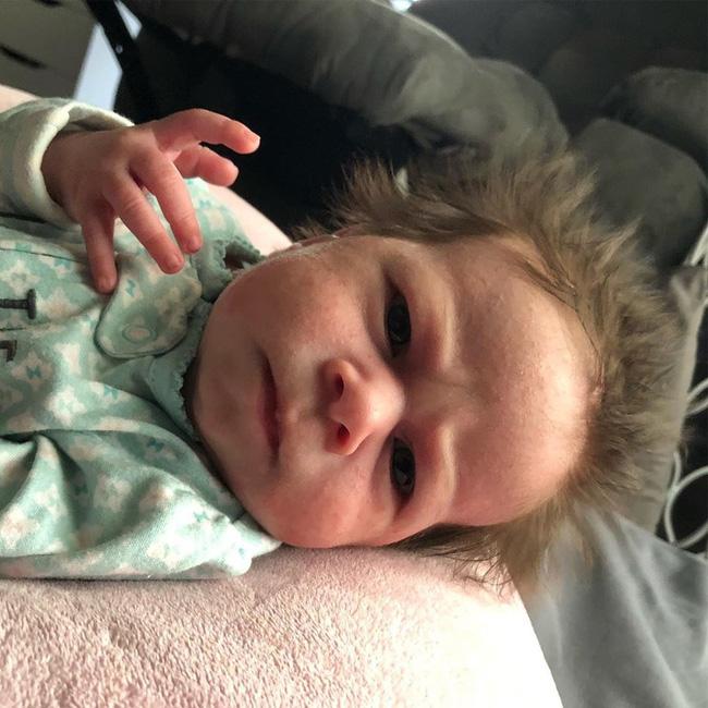 Biểu cảm 'hờn cả thế giới' của em bé vừa mới chào đời khiến ai cũng buồn cười, hình ảnh lúc lớn càng ngạc nhiên - Ảnh 4