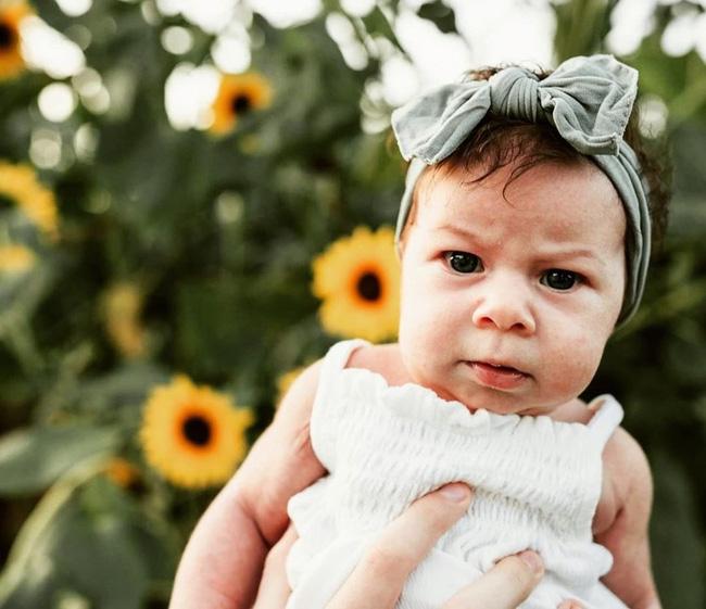 Biểu cảm 'hờn cả thế giới' của em bé vừa mới chào đời khiến ai cũng buồn cười, hình ảnh lúc lớn càng ngạc nhiên - Ảnh 7
