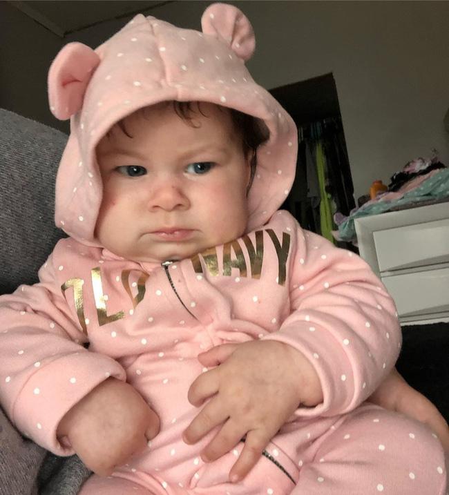 Biểu cảm 'hờn cả thế giới' của em bé vừa mới chào đời khiến ai cũng buồn cười, hình ảnh lúc lớn càng ngạc nhiên - Ảnh 8