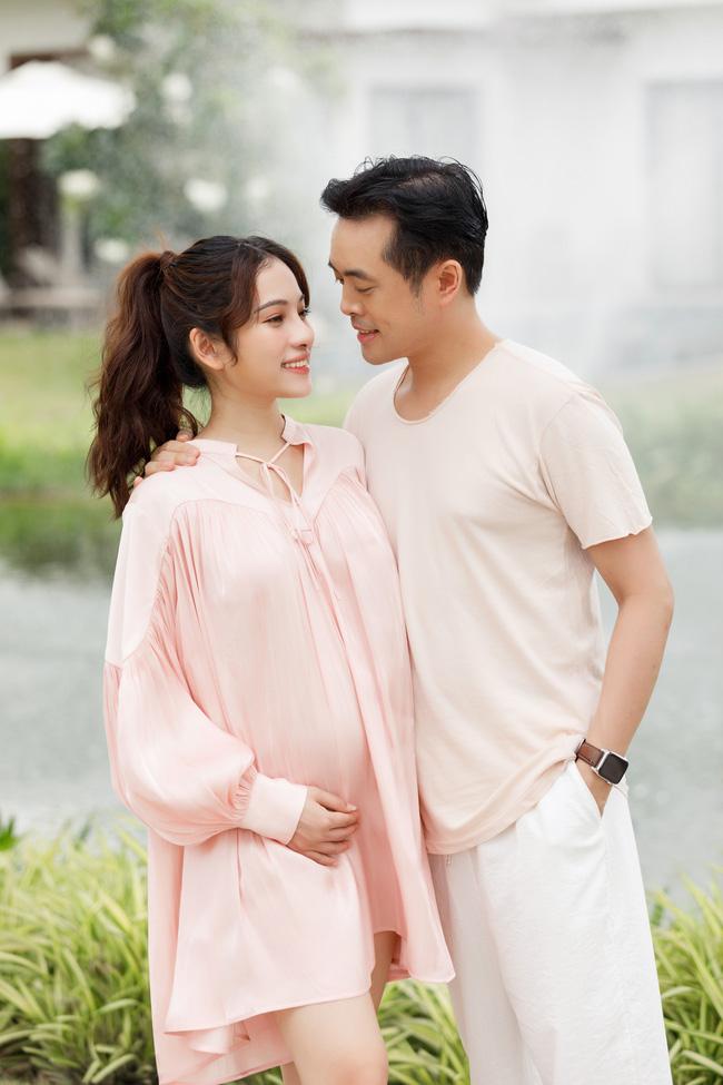 Sara Lưu khoe cận cảnh bụng bầu mang song thai, tiết lộ lý do giữ kín tin vui suốt 4 tháng - Ảnh 1