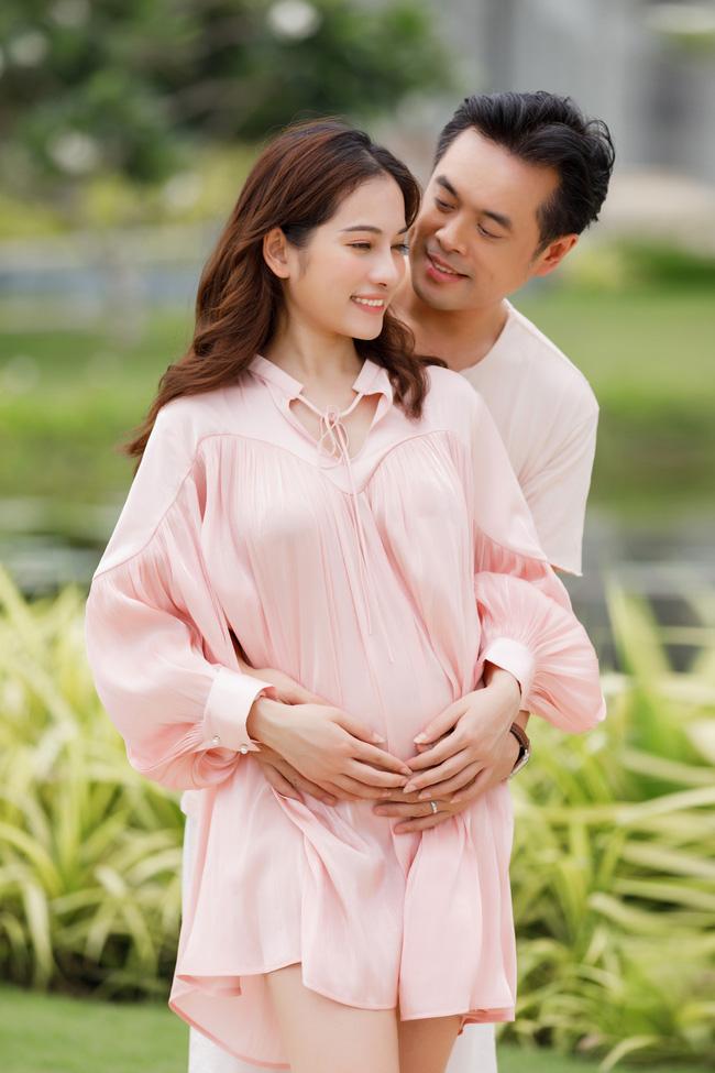 Sara Lưu khoe cận cảnh bụng bầu mang song thai, tiết lộ lý do giữ kín tin vui suốt 4 tháng - Ảnh 2