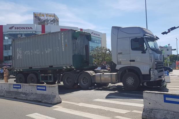 Vụ container tông chết bé trai 6 tuổi, mẹ nguy kịch ở Đà Nẵng: Tạm giữ hình sự tài xế chuyển làn ẩu, không bật đèn xi-nhan - Ảnh 1