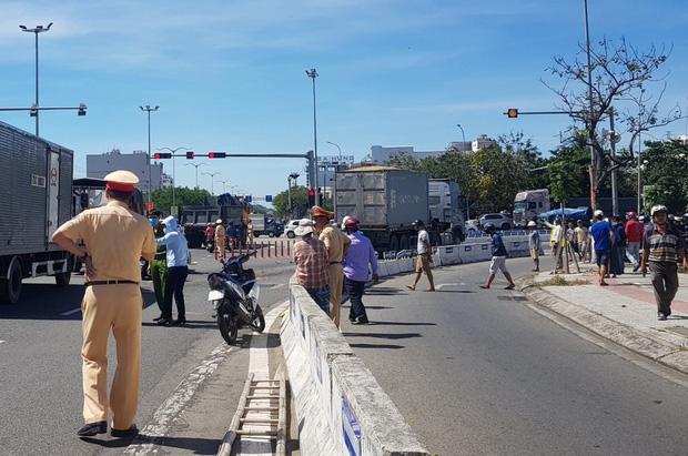 Vụ container tông chết bé trai 6 tuổi, mẹ nguy kịch ở Đà Nẵng: Tạm giữ hình sự tài xế chuyển làn ẩu, không bật đèn xi-nhan - Ảnh 2