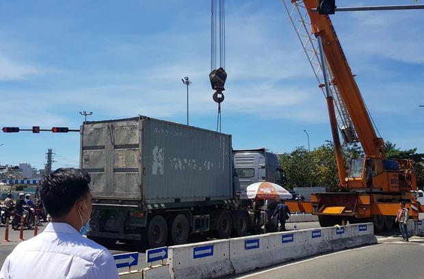 Vụ container tông chết bé trai 6 tuổi, mẹ nguy kịch ở Đà Nẵng: Tạm giữ hình sự tài xế chuyển làn ẩu, không bật đèn xi-nhan - Ảnh 3