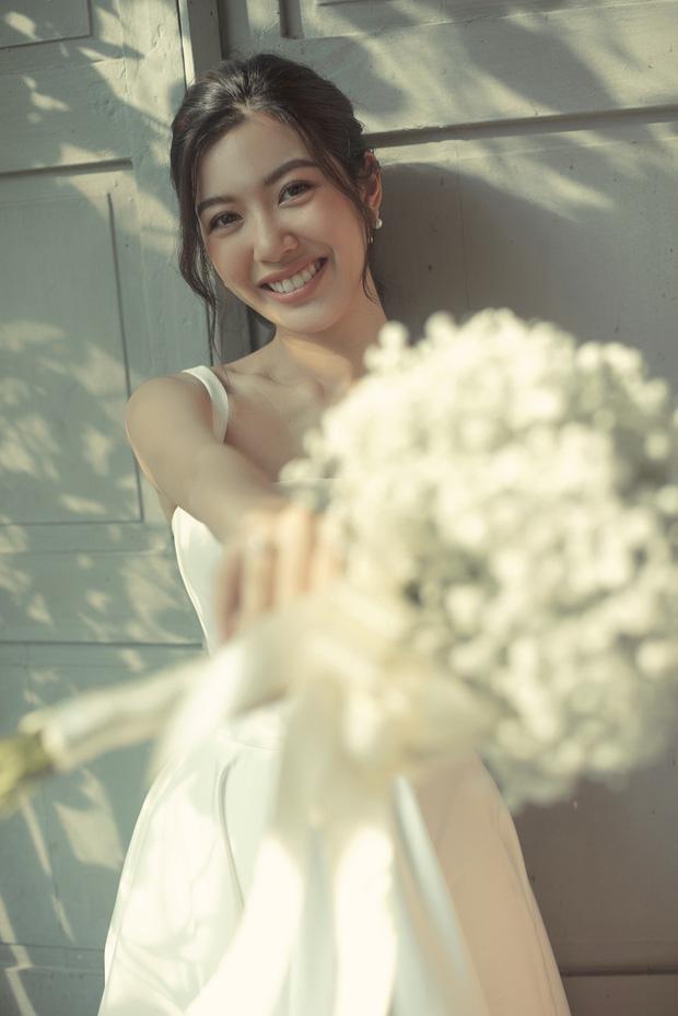Thúy Vân đẹp nền nã, diện váy cưới đầy sang trọng: Nhìn nụ cười là biết đang hạnh phúc thế nào! - Ảnh 1