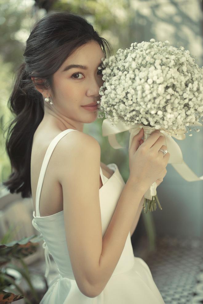 Thúy Vân đẹp nền nã, diện váy cưới đầy sang trọng: Nhìn nụ cười là biết đang hạnh phúc thế nào! - Ảnh 2