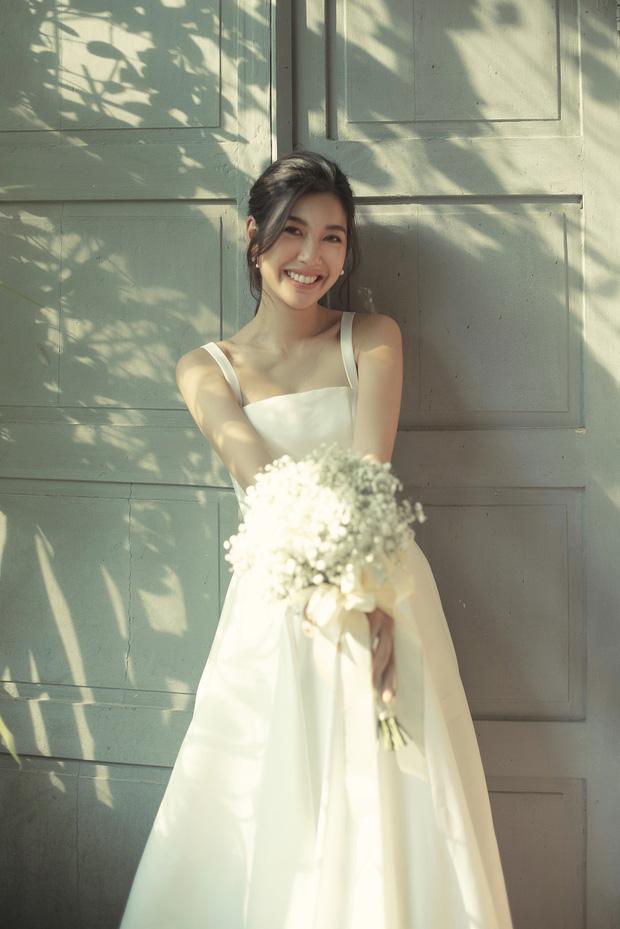 Thúy Vân đẹp nền nã, diện váy cưới đầy sang trọng: Nhìn nụ cười là biết đang hạnh phúc thế nào! - Ảnh 4