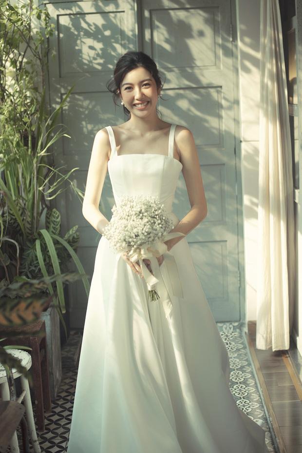 Thúy Vân đẹp nền nã, diện váy cưới đầy sang trọng: Nhìn nụ cười là biết đang hạnh phúc thế nào! - Ảnh 5