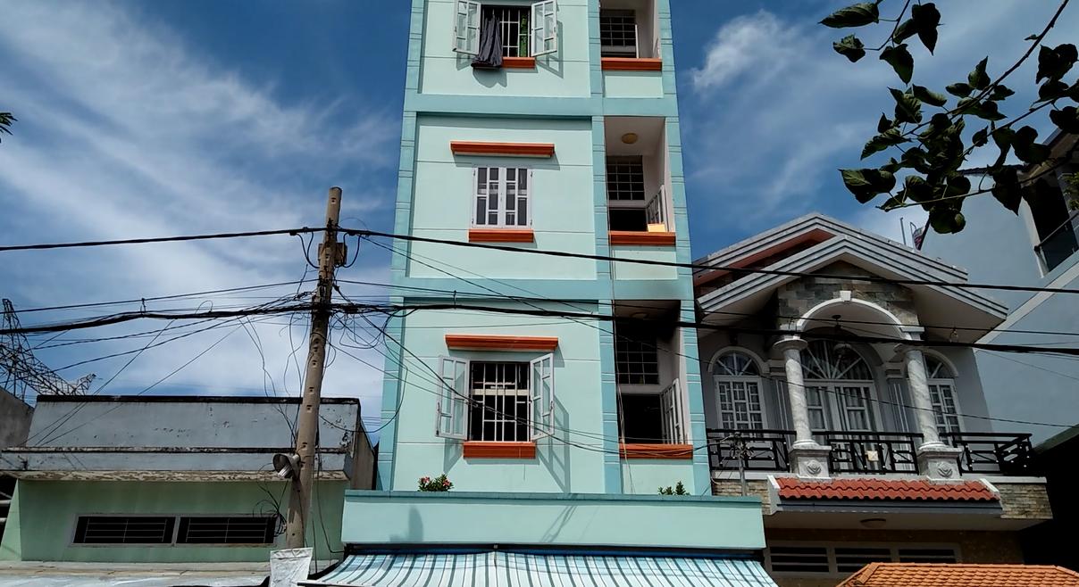 Cháy nhà trọ 3 tầng ở Sài Gòn, công nhân tháo chạy thục mạng - Ảnh 1