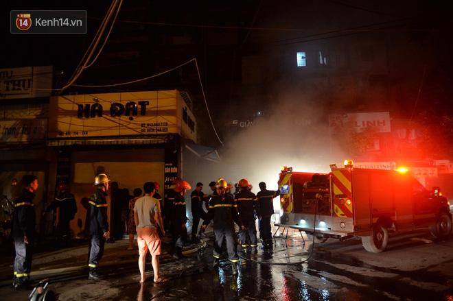 Hà Nội: Cháy khu tập thể A11 Nguyễn Quý Đức lúc nửa đêm, bà bầu và trẻ em được giải cứu an toàn - Ảnh 1
