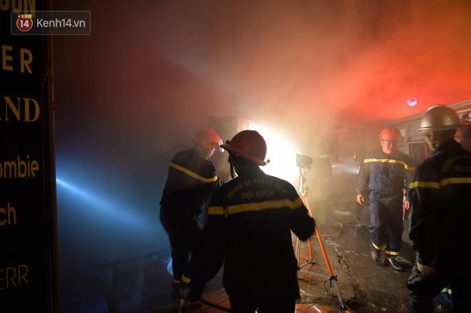Hà Nội: Cháy khu tập thể A11 Nguyễn Quý Đức lúc nửa đêm, bà bầu và trẻ em được giải cứu an toàn - Ảnh 2