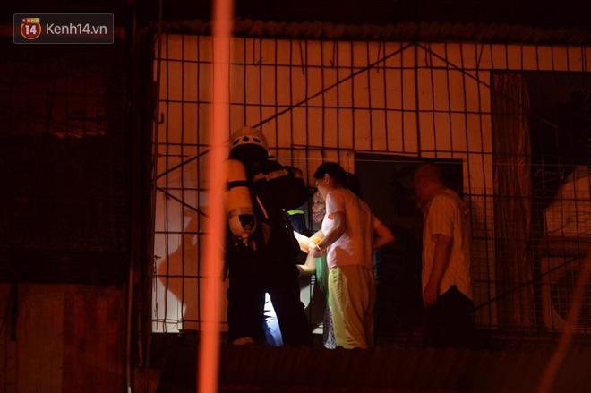 Hà Nội: Cháy khu tập thể A11 Nguyễn Quý Đức lúc nửa đêm, bà bầu và trẻ em được giải cứu an toàn - Ảnh 3