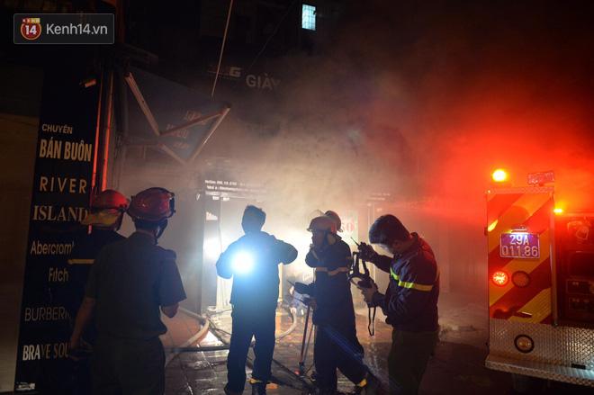 Hà Nội: Cháy khu tập thể A11 Nguyễn Quý Đức lúc nửa đêm, bà bầu và trẻ em được giải cứu an toàn - Ảnh 4
