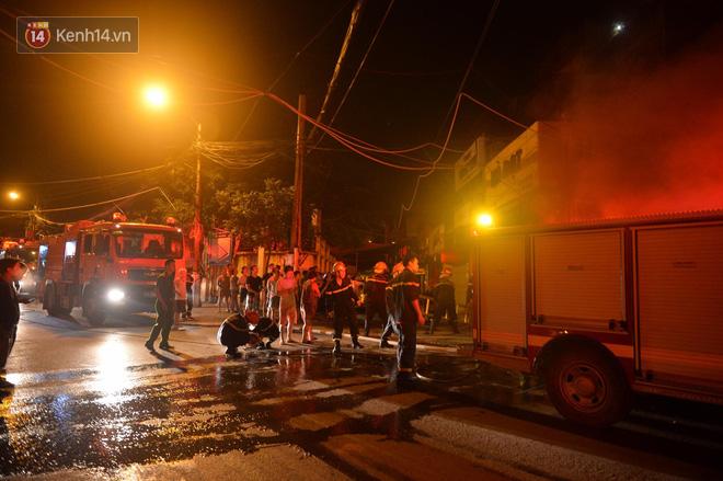 Hà Nội: Cháy khu tập thể A11 Nguyễn Quý Đức lúc nửa đêm, bà bầu và trẻ em được giải cứu an toàn - Ảnh 5