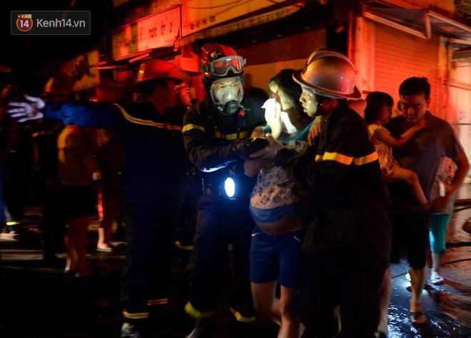 Hà Nội: Cháy khu tập thể A11 Nguyễn Quý Đức lúc nửa đêm, bà bầu và trẻ em được giải cứu an toàn - Ảnh 7