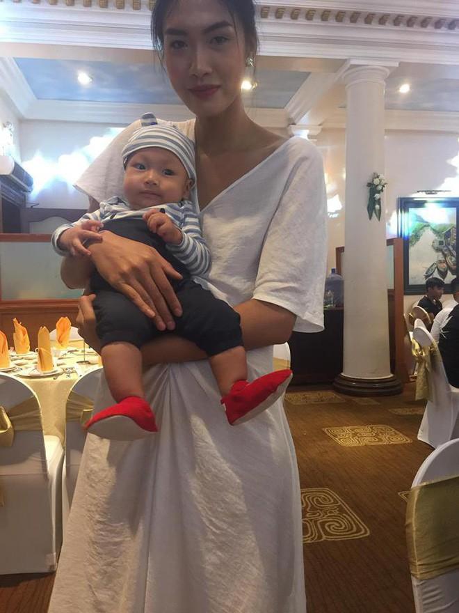 Hình ảnh người mẫu Nguyễn Hợp tranh thủ vén váy cô dâu cho con bú trong ngày cưới của chính mình gây xúc động - Ảnh 2