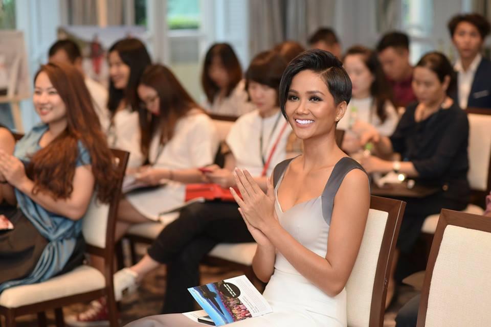 Phải 5 tháng sau đăng quang, Hoa hậu H'Hen Niê mới tự tin công khai điều này với công chúng - Ảnh 1