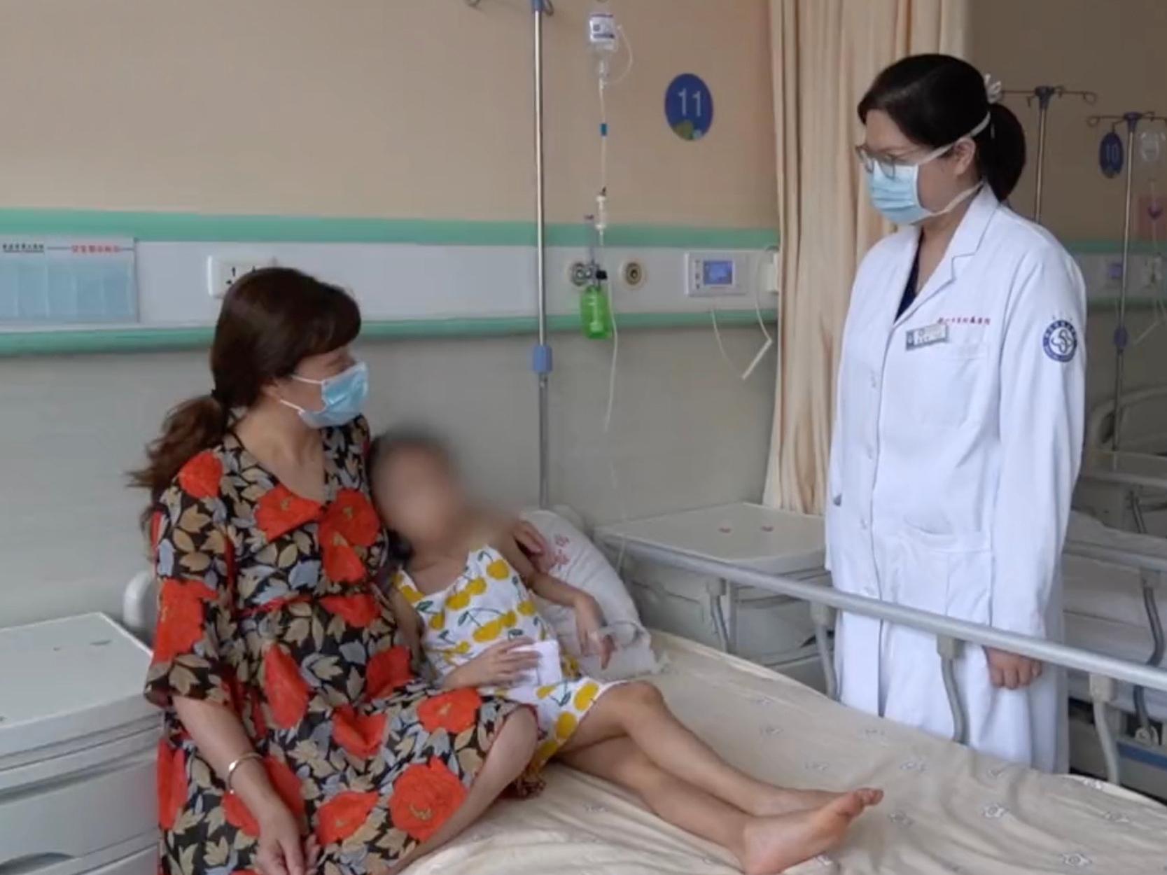 Bé gái 2 tuổi ngã đập mặt xuống đất gãy răng, 4 năm sau bác sĩ kinh ngạc khi phát hiện thứ kỳ lạ trong mũi - Ảnh 1