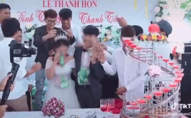 Hội bạn thân 'ế vợ lâu năm' trao túi quà đặc biệt cho cô dâu chú rể trong ngày cưới khiến cặp đôi miệng cười không ngớt - Ảnh 1