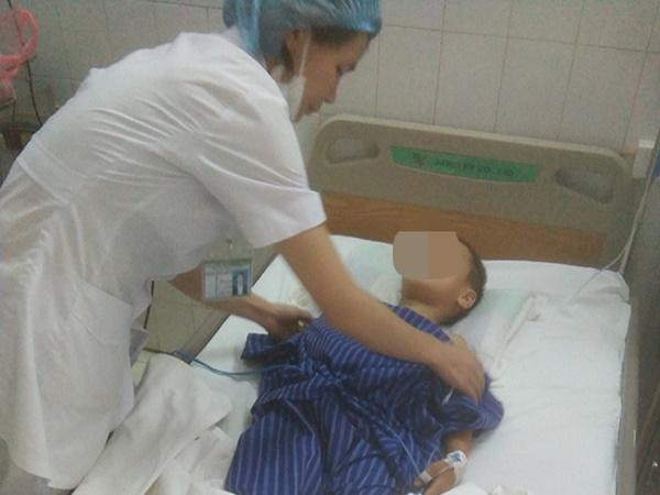 Mẹ đi làm công nhân ở xa, bé trai 7 tuổi ở nhà bị cha dùng dao chém nhiều nhát vào cổ - Ảnh 1