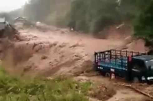 Lũ quét ập xuống bất ngờ, người dân ở Lai Châu chạy tán loạn - Ảnh 1