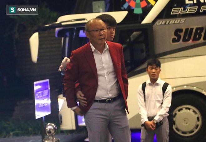Dậy từ sớm tinh mơ, U23 Việt Nam trên đường về nước - Ảnh 2