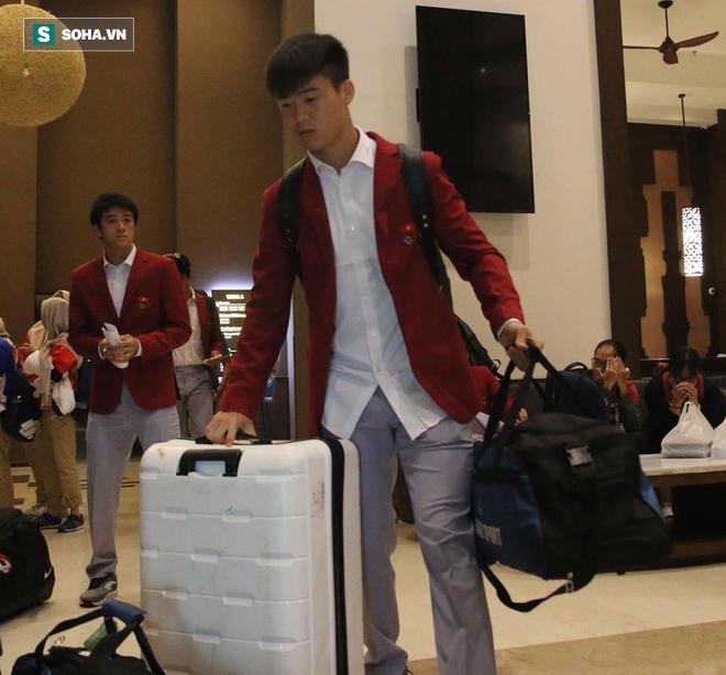 Dậy từ sớm tinh mơ, U23 Việt Nam trên đường về nước - Ảnh 4
