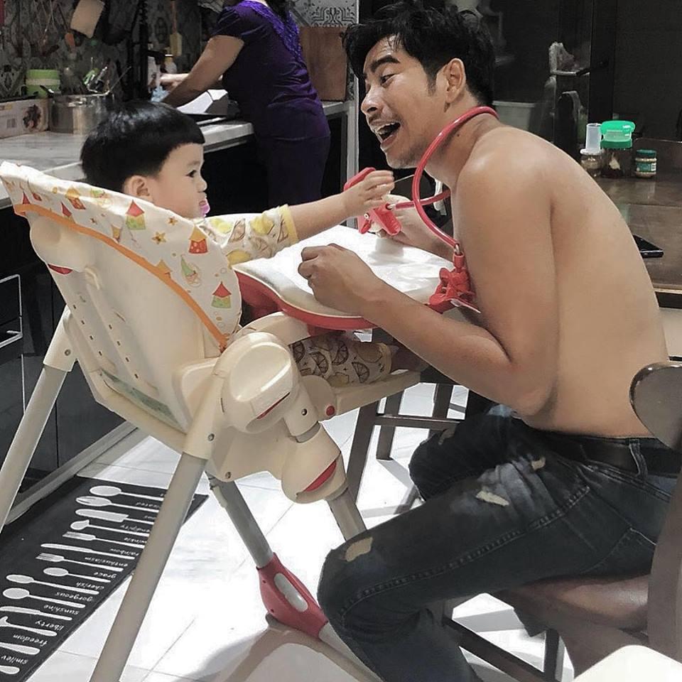 'Tan chảy' với loạt ảnh con trai Ngọc Lan bám ba 'quằn quại' như keo - Ảnh 7