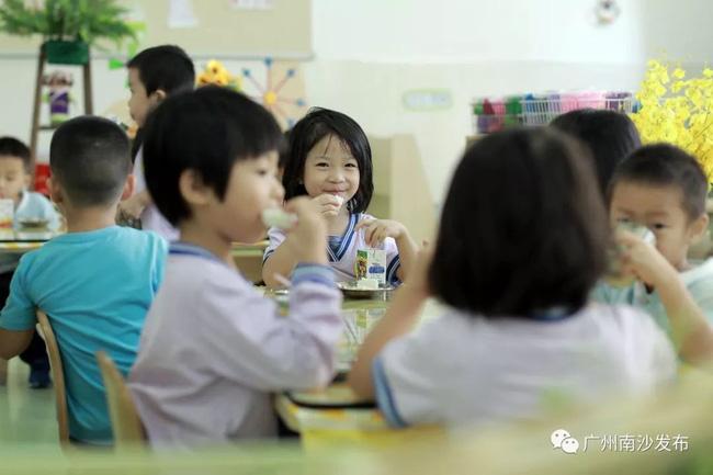 Con ở nhà vô cùng biếng ăn, đi học ăn hết 2 bát mỗi bữa, mẹ nhìn ảnh không nói nên lời - Ảnh 3