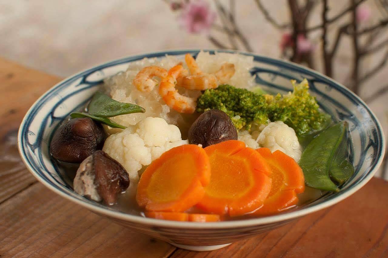 Các loại rau củ nhiều màu sắc giúp món canh bóng ngày tết trông rực rỡ, bắt mắt hơn