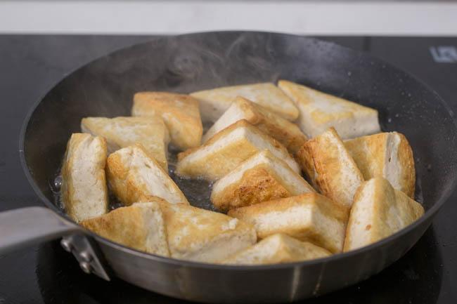 5 phút là đã có ngay món đậu phụ rang muối tiêu vừa ngon vừa dễ làm - Ảnh 2