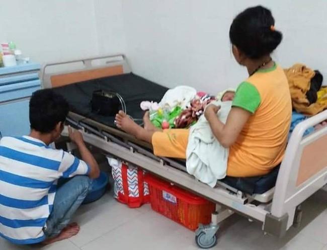 Hai bé gái song sinh suy dinh dưỡng trên tay người mẹ dân tộc nghèo, thiếu sữa, tã và không có tiền chữa bệnh - Ảnh 4