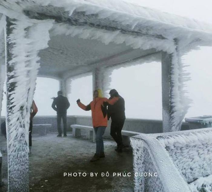 Du khách nườm nượp kéo về đỉnh Mẫu Sơn ngắm băng giá - Ảnh 2