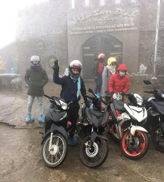 Du khách nườm nượp kéo về đỉnh Mẫu Sơn ngắm băng giá - Ảnh 8