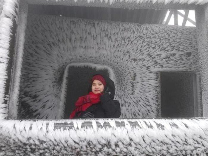 Du khách nườm nượp kéo về đỉnh Mẫu Sơn ngắm băng giá - Ảnh 9