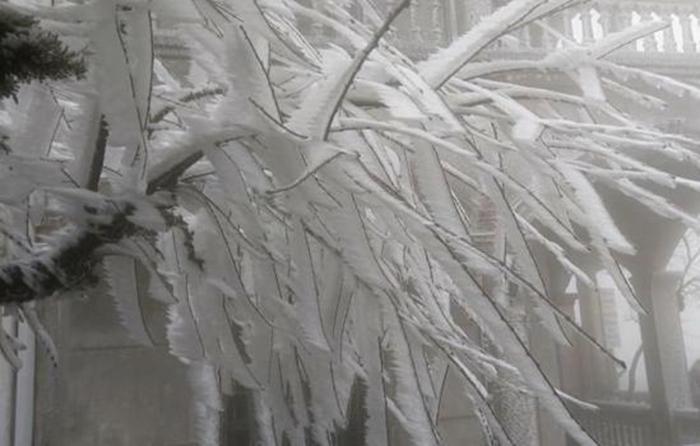 Du khách nườm nượp kéo về đỉnh Mẫu Sơn ngắm băng giá - Ảnh 14